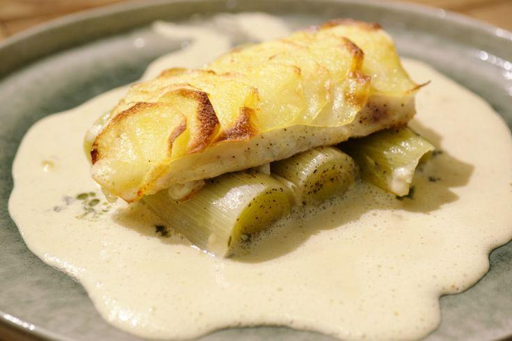 Griet is een stevige vis die wat doet denken aan tarbot. Jeroen serveert hem met 'aardappelschubben' en een saus op basis van vermout.