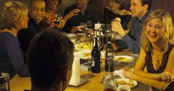 Como escrever um convite de jantar ou festa. Festas de jantar podem ser grandes e casuais ou íntimas e decoradas, mas de qualquer forma, você precisa convidar seus clientes através do telefone ou e-mail. O convite é provavelmente uma das maneiras mais livres de problemas para fazer isso e é importante ter todas as informações pertinentes incluídas sobre a festa. Seu convite deve combinar com ...