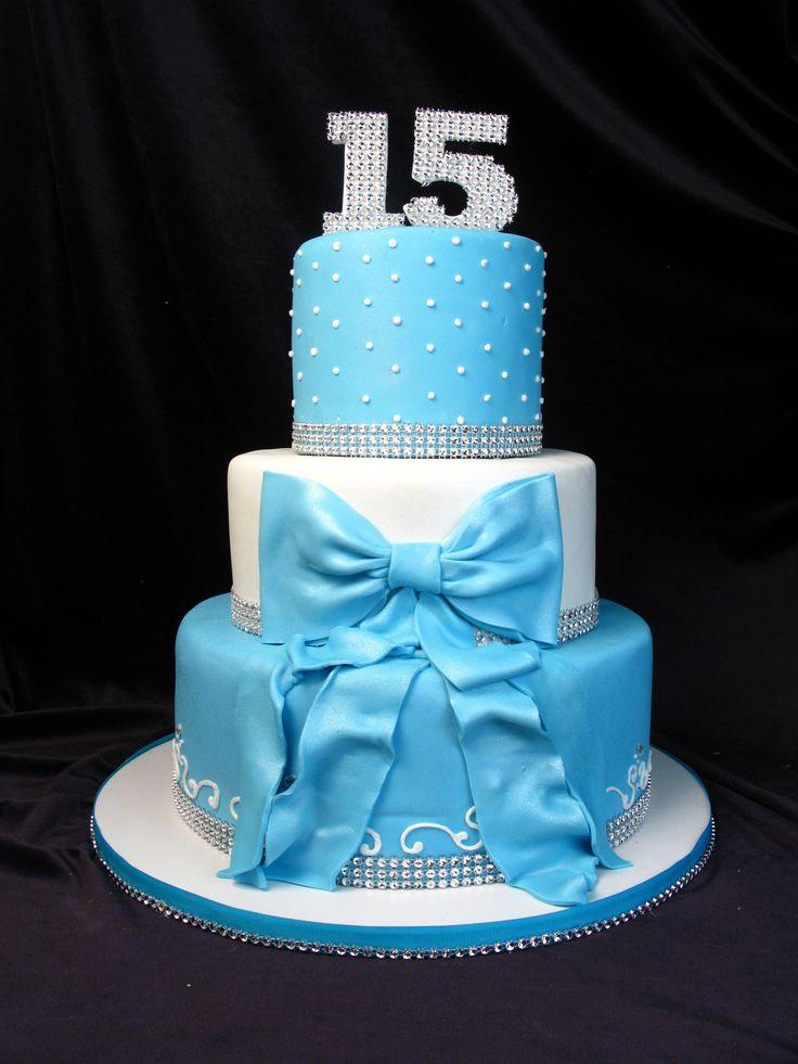 El pastel será blanco con azul para ir con los colores de la quinceañera y las damas. Tambien tiene diamantes para hacer el pastel brillar.