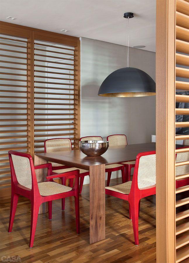 Apartamento em Ipanema por Be.bo. - As venezianas de correr resguardam a sala de jantar.