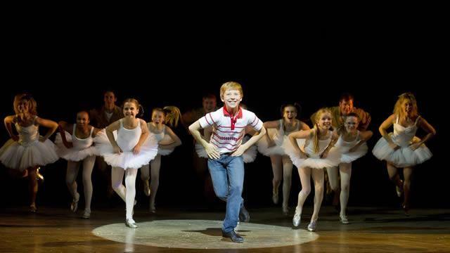 Billy Elliot és un musical basat en la pel·lícula del 2000. La música és d'Elton John, i el llibre i la lletra és de Lee Hall, qui va escriure el guió de la pel·lícula. La trama gira entorn de la història de la seva lluita personal i plenitud que s'equilibren amb una contra-història de la família i la comunitat conflictes causats per la vaga dels miners britànics.