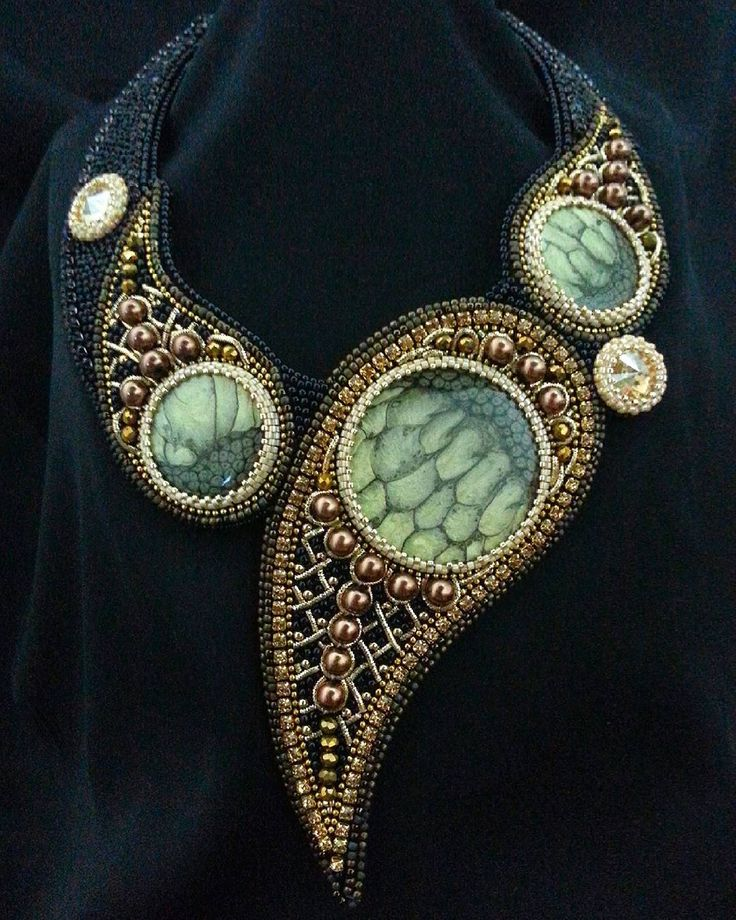 А кто-то будет встречать новый год в новых украшениях. Готовлю серию новинок. Кабошоны от @magic_for_sale #колье #кулон #украшения #кабошоныручнойработы #канитель #жемчуг #кристаллы #Swarovski #jewelry #jewelrydesigner #beads #pearls #crystals #necklace #beadjewelry #бодом #бисер #вышивка #японскийбисер #toho #miyuki