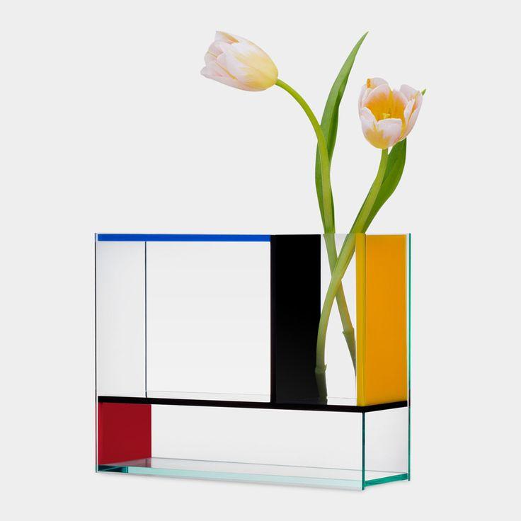 「MoMA STORE」に、オランダ人アーティスト、ピエト・モンドリアンの作品からインスピレーションを得た花瓶「モンドリ・ベース」が登場している。