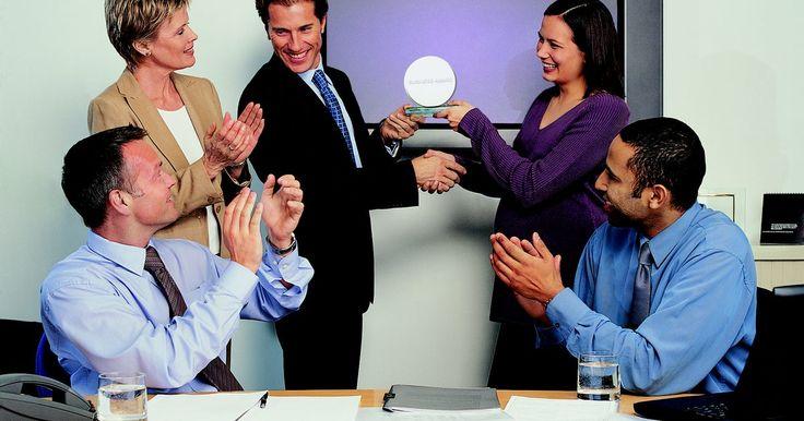 Presentación de ideas para premios a los empleados. Los premios a los empleados son una forma mediante la cual las empresas muestran su reconocimiento a los miembros de su plantel. Mientras que el premio o el reconocimiento es importante en sí mismo, cómo se lo presenta a los empleados puede ser igual o más significativo. Ya sea que optes por dar el premio en forma privada o hacer una ceremonia de ...