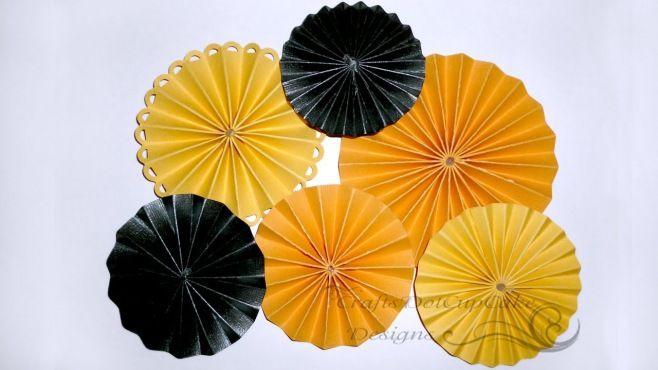 Origami Dersleri - Rozet Çiçeği Tasarımı - Japon kağıt katlama sanatı (Origami) - teknikleri, örnekleri ve ipuçlarını videolu anlatımı. Kağıttan kullanabileceğiniz kek, pasta için rozetleri