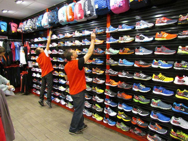 Recolocando los modelos de zapatillas en tienda. ¡Hay que