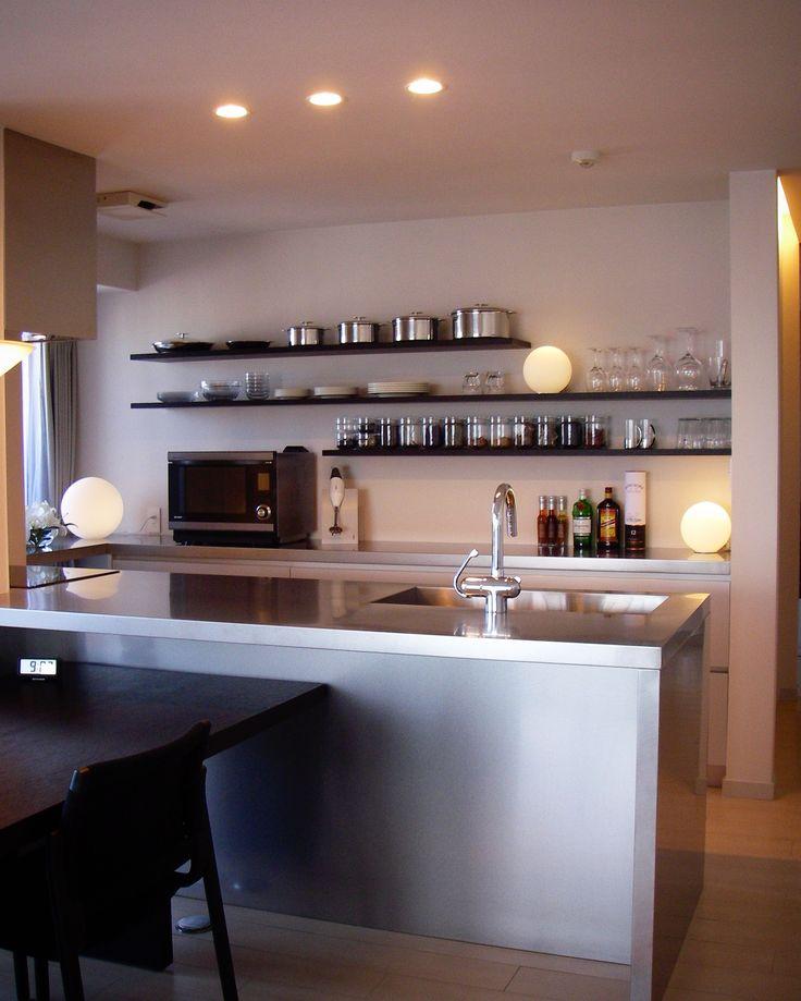 施工事例。 <ペニンシュラキッチン> …天板とサイドパネル、バックパネルをステンレスで製作しました。 ステンレスならではの質感、硬さ、エッジ、コントラストは他のものでは表現できないかっこよさがあります。 キッチン/オーダーキッチン/ステンレスキッチン