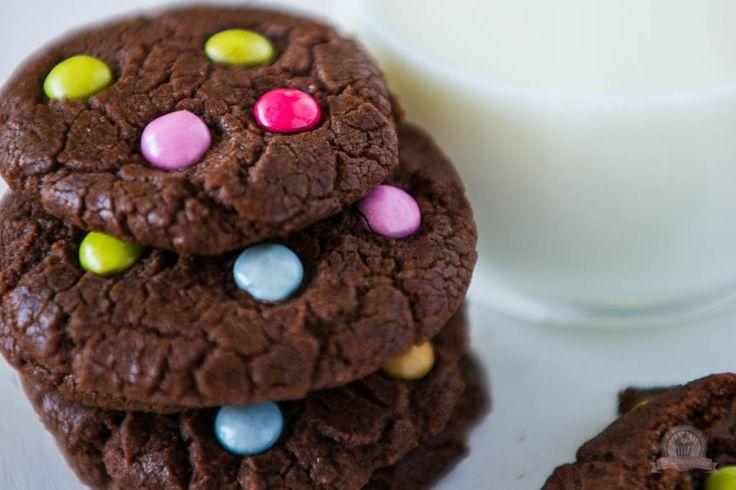 Lecker, lecker. Knusprige, krosse Cookies mit vielen bunten Smarties.Da strahlt doch jedes Kindergesicht, bei diesem Anblick, so auch mein Sohn, der am liebsten in die Keksdose sitzen würde, um in den kinderfreundlichen Cookies zu baden.Die Kekse lassen sich in Windeseile, falls doch mal der spontane Appetit auf ein paar Kekse …