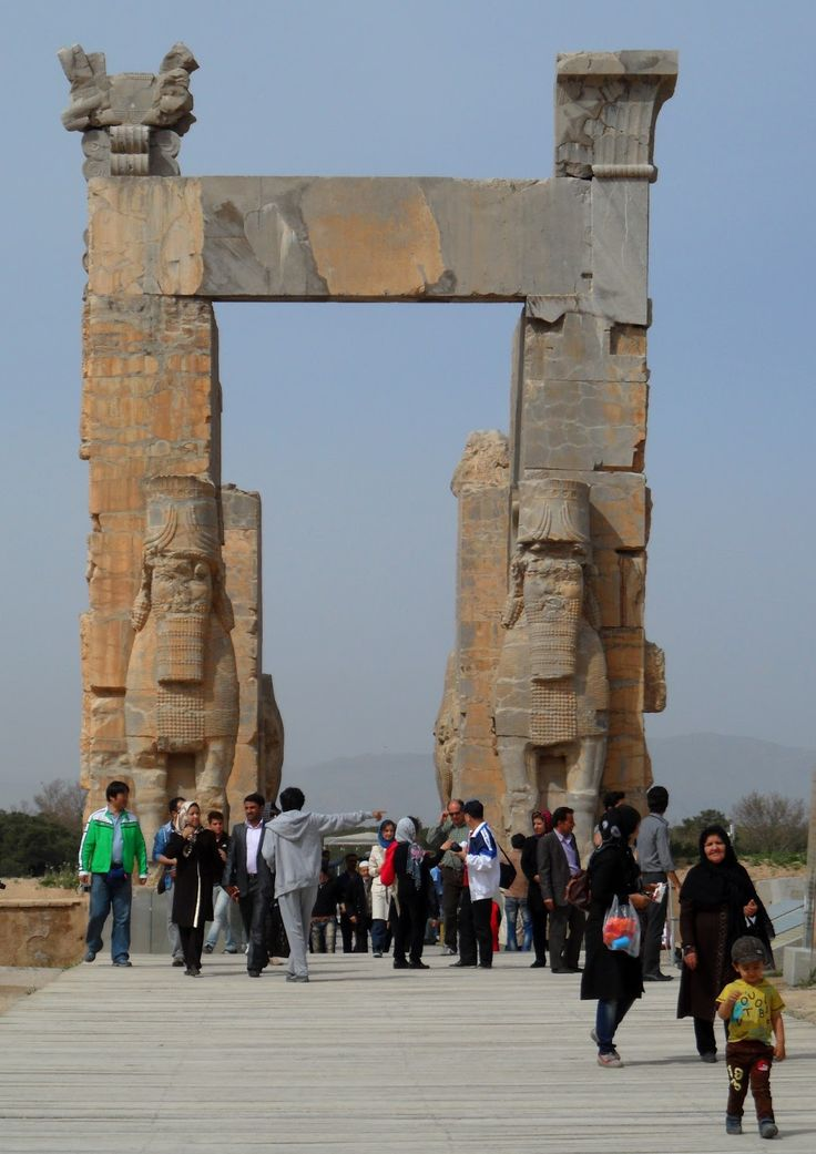 Localizadas num planalto situado a aproximadamente 70km a nordeste de Shiraz, as imponentes ruínas de Persépolis são o testemunho que resta de uma das antigas capitais do império persa. Quando se visita um sítio arqueológico desta importância, é inevitável ter-se a companhia de centenas de turistas, de várias nacionalidades, acotovelando-se por uma melhor posição para …