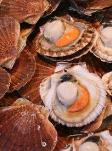 Une recette aphrodisiaque pour les amoureux de la Saint Valentin: des brochettes de coquilles saint-jacques au piment de Cayenne, flambées !