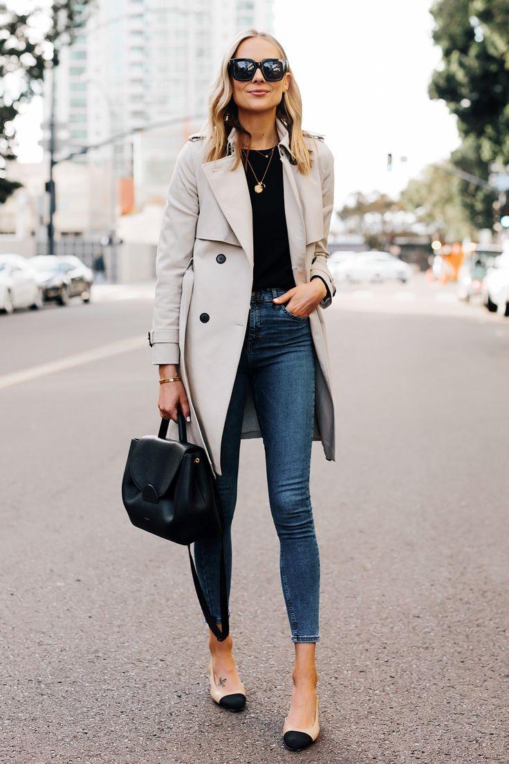 Blonde Frau mit Trenchcoat Schwarzer Pullover Jeans Röhrenjeans Chanel Slingba …