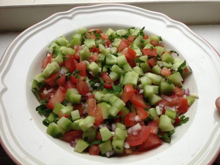We hebben weer een lekker gezond recept voor jullie: een frisse zomerse salade met komkommer, tomaat, rode ui en rode peper, perfect voor bij de barbecue. Wij hebben op het laatst nog een lekkere zelfgemaakte 'dressing' toegevoegd aan de salade, maar deze kun je eventueel ook weglaten. Benodigdheden: 1 komkommer 2 tomaten platte peterselie halve...Lees Meer »