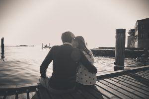 Fidanzamento al lago | FotoSuMisura    S&B hanno eletto il lago di Garda a senario delle loto foto di coppia, un luogo a loro speciale, fondamentale nel percorso della loro storia.  Seduti su una banchina al tramonto si sono lasciati andare in tenere effusioni, sguardi appassionati che ripercorrevano gli anni passati insieme e quelli che verranno!  #fotosumisura