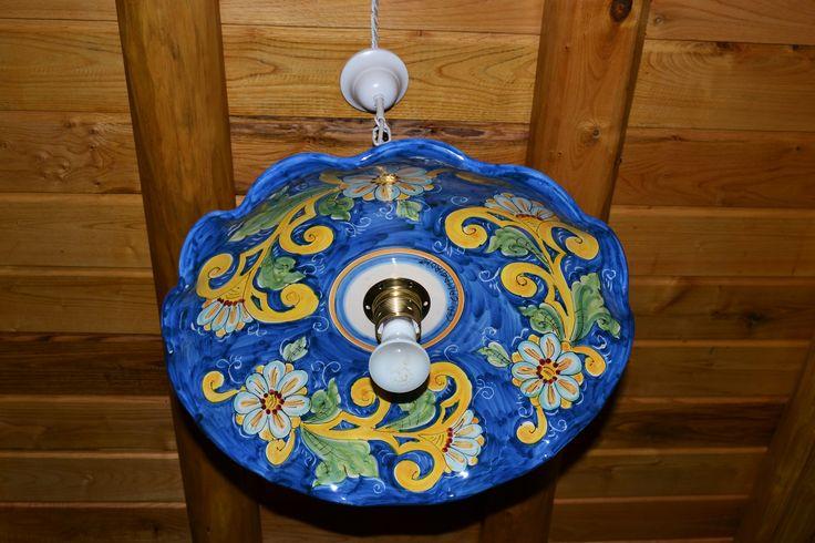 Particolare lampadario in ceramica dipinto a mano, in camera da letto matrimoniale - Casa dei Torchi