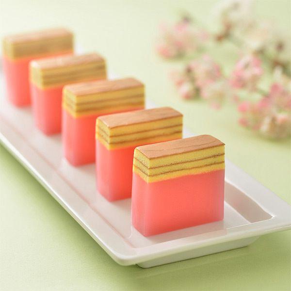 japanese sweets/spring/目にも鮮やかな色合いの一口羊羹にアクセントの欧風焼菓子を重ねた新しい感覚の京菓子です。