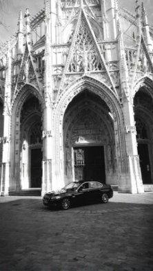 taxis Jaunes devant la Cathedrale de Rouen