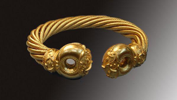 British Museum, Londres torque  celtique     Le mot vient du latin torques, dérivé de torqueo (tordre), en raison de la forme du collier. Le torque est formé d'une épaisse tige métallique ronde, généralement terminée en boule à ses deux extrémités et plus ou moins travaillée ou ornée. Le corps du collier est généralement en fer mais n'est pas toujours, entortillé. Les torques étaient faits à partir de brins de métal entrelacés, généralement en or ou en bronze, moins souvent d'argent.