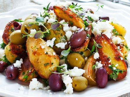 Yrttiset feta-oliiviperunat - Reseptit - Yhteishyvä