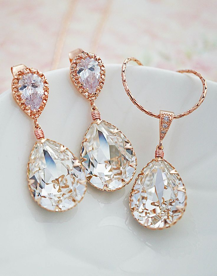 Swarovski Crystal Rose Gold Bridal Earrings and Necklace Jewelry set from EarringsNation Wedding Earrings Rose Gold Weddings Blush weddings Bridal Jewelry Pastel weddings #GoldJewelleryBridal #bridaljewelry #rosegoldnecklace