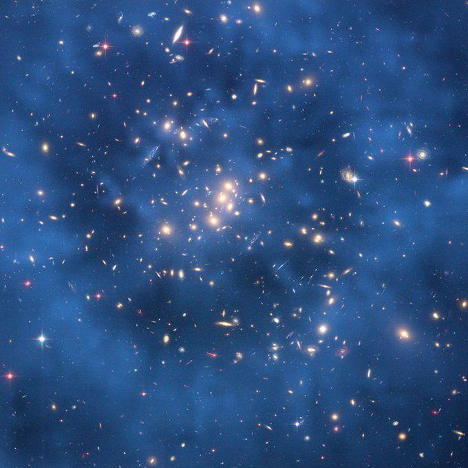 """In dieser Aufnahme des Hubble-Teleskops legt sich ein gespenstischer """"Ring"""" schwarzer Materie um das Galaxy-Cluster ZwCl0024+1652. Sichtbar ist schwarze Materie in Wirklichkeit aber leider nicht - der Ring ist nachträglich in das Hubble-Bild eingefügt worden."""