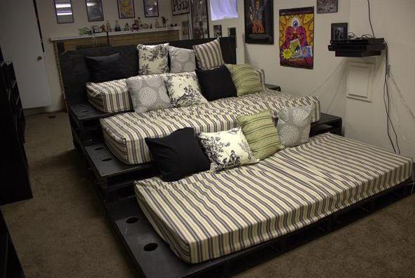 Chceli by ste mať doma vlastné kino s veľkou sedačkou? Nekupujte drahé sedačky, môžete si jednú vyrobiť z obyčajných drevených paliet. Veľmi jednoduchý a lacný spôsob. Konkrétne na túto sedačku budeme potrebovať 12 kusov paliet.