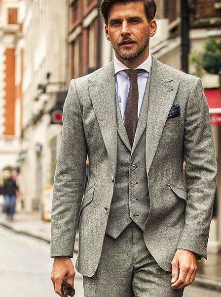 薄いグレーで統一感のあるスタイルに。ネクタイの色を濃い目にしてメリハリをつけて。40代アラフォー男性のおすすめスーツベスト。