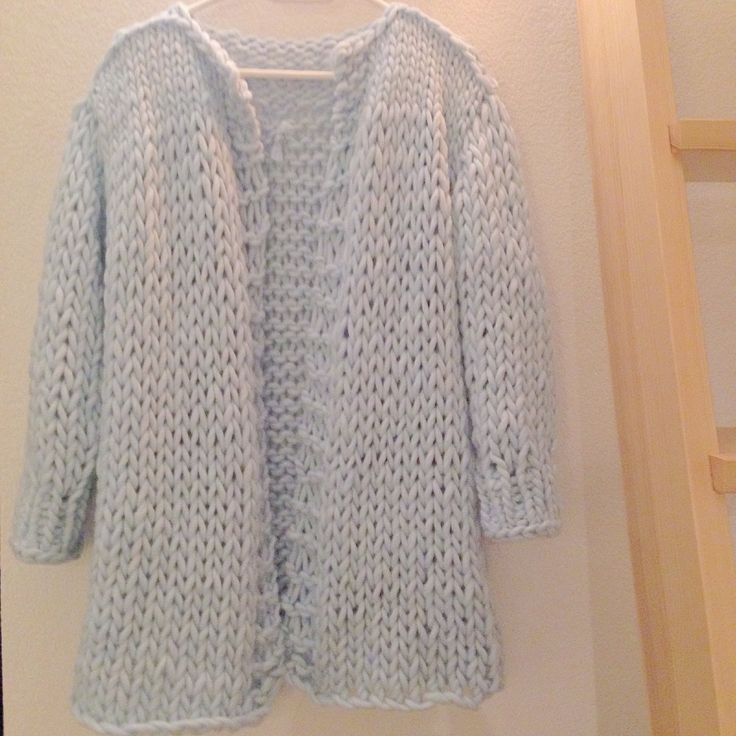 voici donc le tuto d'un gros gilet qui se tricote très vite et vous tiendra chaud tout l'hiver. Ce modèle est plus qu'inspiré de ce pull :wonderwoolsweater.Woola…