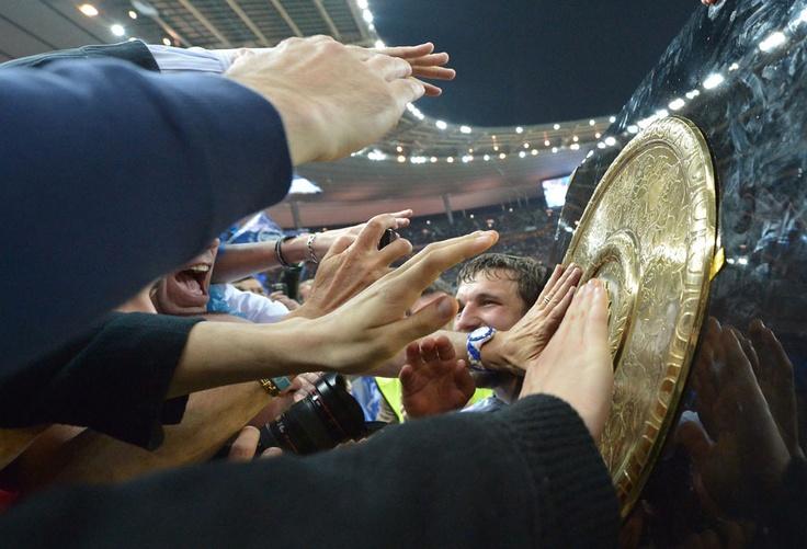 Castres fans stretch to touch the Bouclier de Brennus