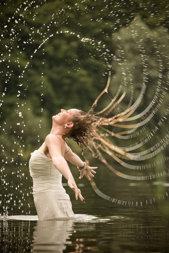 #trashthedress #weddingdress #water #wethair #blijdestijn #Meppel #bestfriendsfotoshoot