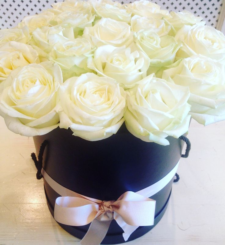 Roses in an elegant black box by Atelier Floristic Aleksandra