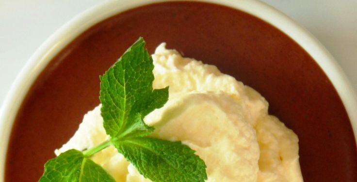Mousse de chocolate cremosa al aroma de té moruno.