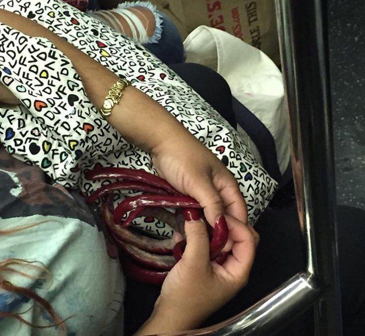unhas-enormes    Terríveis flagrantes no metrô. Fotos inusitadas. Veja você mesmo.    Tem de tudo no trem do submundo