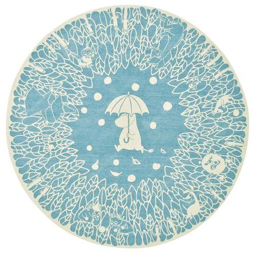 毛羽のあるシェニール糸使用で柔らかな肌触りの円形ラグ。傘をさすムーミンの周辺には、おなじみのキャラクターが勢揃い。
