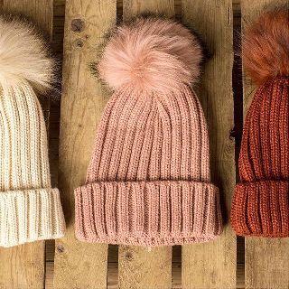 It's all about the #hat! ❤️❄️ #Gorro #Pompón #Borrego #Lana #Colores by #renattandgo