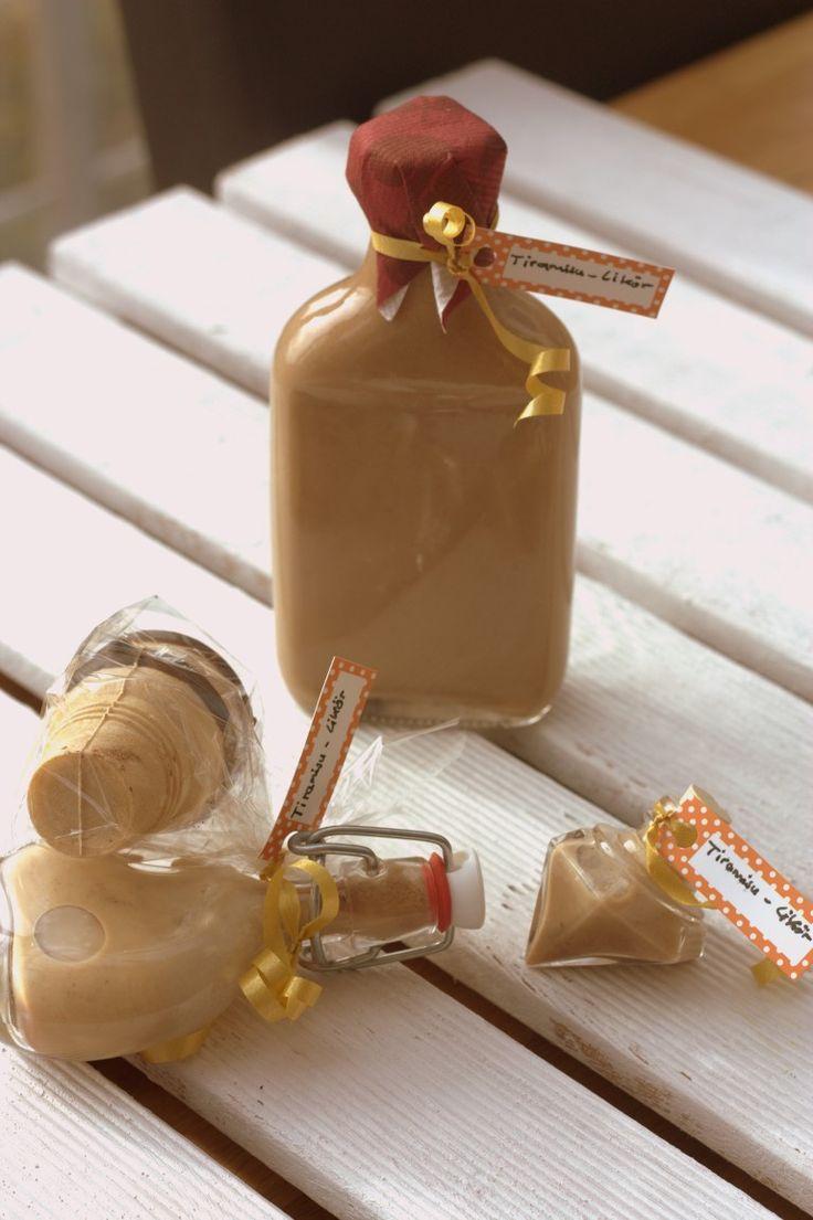 Tiramisulikör mit Schokolade und Amaretto - so muss Likör schmecken! Cremig, voller Aromen und schön süß. Toll zum Verschenken an liebe Menschen.