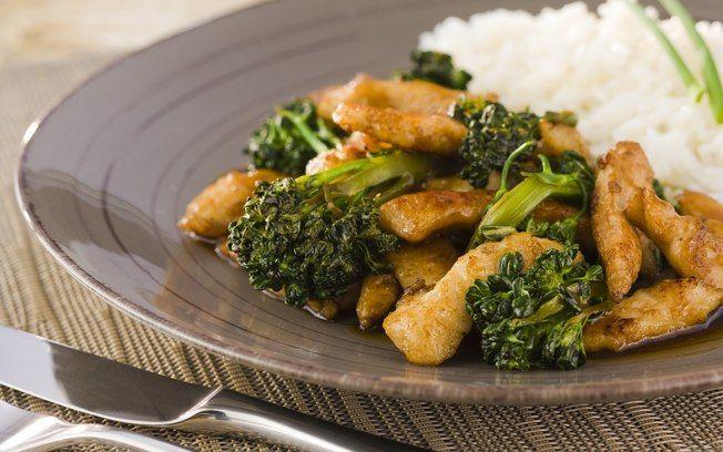 Tirinhas de peito de frango com brócolis, gengibre e shoyu