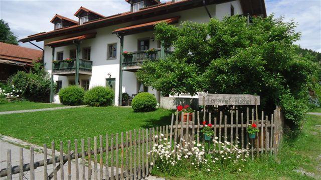 Unser Landferienhof Fischer lädt Sie ein zu entspannten und unvergesslichen Urlaubstagen im Bayerischen Wald. Unser Hof liegt unweit des bekannten Tourismuszentrums Bodenmais (10 km), in Altnussberg in der Gemeinde Geiersthal. Entspannen Sie und lassen Sie die Seele baumeln!