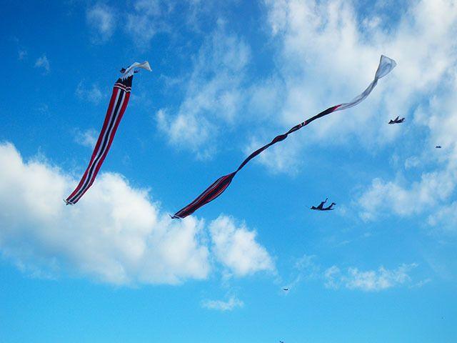 7/3(月)バリ島ウブドのお天気は晴れ。室内温度27.6℃、湿度69%。凧揚げの季節到来~♪7月頃になると毎年凧揚げブームが来ます(笑)巨大凧が大空を泳ぐ!今だけのバリ島風物詩♪