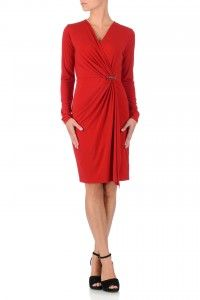 Een mooie rode elegante jurk van Michael Kors. De jruk is voorzienv an een overslag met een zilveren Michael Kors label. Bestel deze jurk hier.