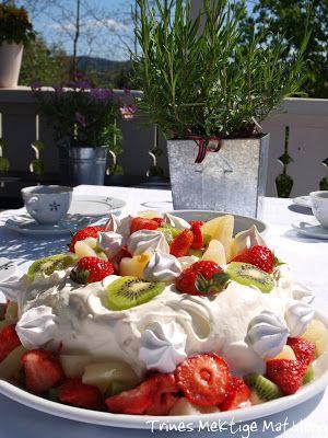 » 17. mai kake – sjokoladekake med frukt, bær og marengs
