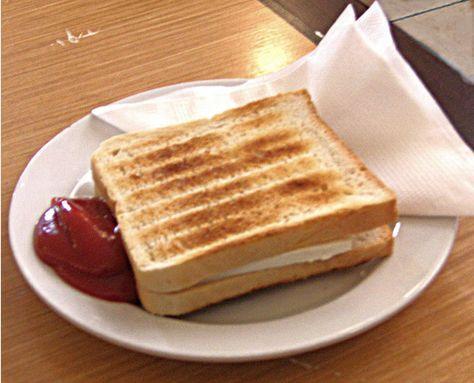 Tosti normaal – 2 sneetjes brood. – 4 plakken jong belegen kaas. Verwarm de Airfryer op 200 graden. Leg de plakken kaas op de boterhammen, doe de andere sneetjes brood op de boterham met kaas en wanneer de Airfryer warm is leg je de tosti in het mandje. Na ongeveer 5 minuten kun je genieten …