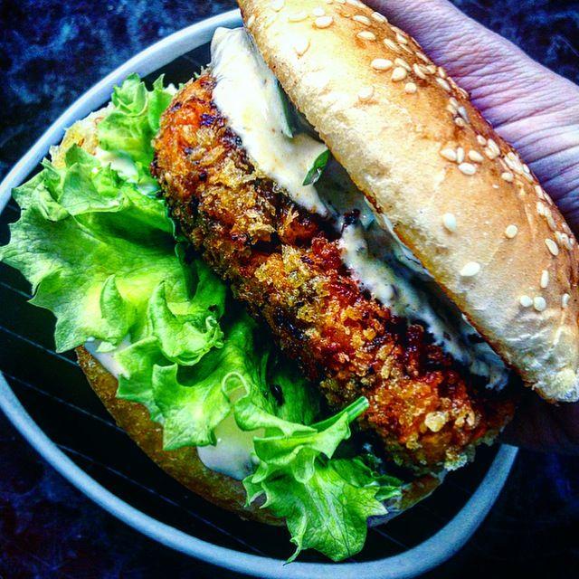 Crispy vegan carrot harissa burger | krispig vegansk burgare med morot och harissa tuvessonskan.se