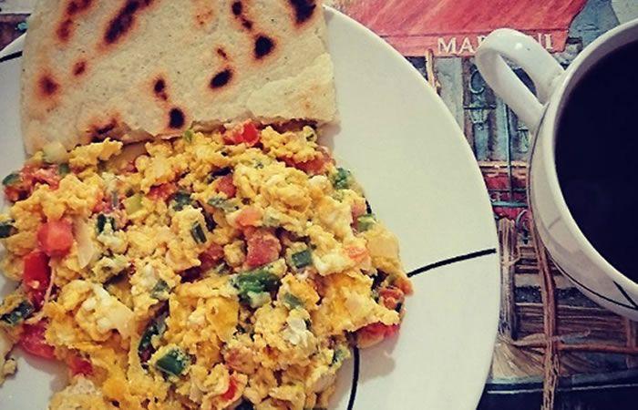 Prepara un delicioso desayuno con unos tradicionales huevos pericos ¡Toma nota!