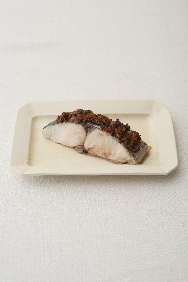 ほろ苦さがたまらないふきのとうを使った焼き魚 ピノ・ノワールのロゼとの組み合わせはぜひ!  <材料 2人分> さわら(切り身) 2切れ ふきのとう味噌 大さじ3 ふきのとう味噌(作りやすい