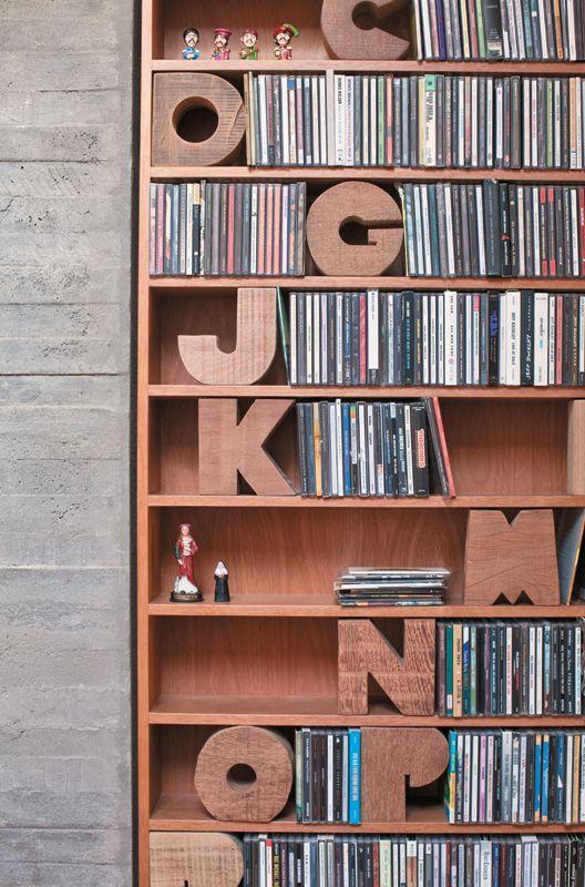 Na estante de CDs, as letras em madeira ajudam a organizar os títulos de acordo com a inicial de cada artista.  Casa do Nando Reis