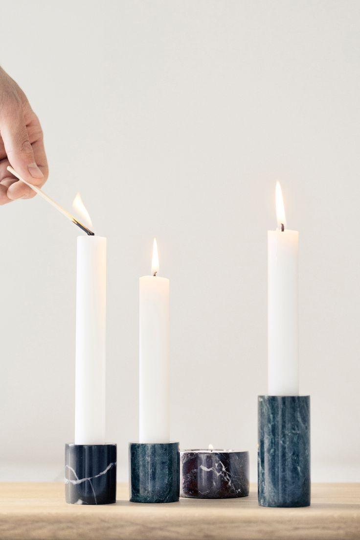 Smuk marmor lysestage fra Ferm Living. Marmor lysestagen findes i flere varianter: til fyrfadslys og til almindelig kertelys. Fås i farverne sort, grøn og rød marmor.