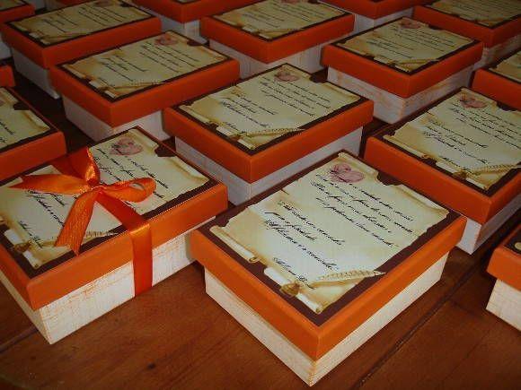 Caixa presente para padrinhos, feita em decoupage e pátina de linho, com frases escolhidas pela noiva. Essa foi recheada com trufas. (As trufas não estão incluídas).Pedido mínimo para casamentos, 10 caixas. R$ 15,00