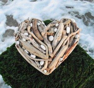 DIY drijfhout geplakt op een hart vorm. Afgewerken met schelpen of stenen. Leuk
