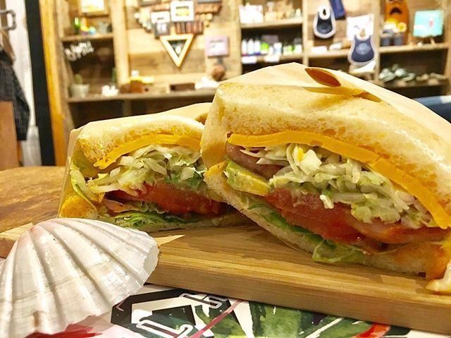 こんにちは ☀️ 寒い日が続きますね、、、⛄️ . NEWサンドイッチ 🍞 『シャキシャキキャベツとスパムアボカドサンド』 . 肉も食べたいだけど…野菜も食べたい時ありませんか? そんな願いを叶えたサンドイッチ🍞(笑) . トマトやアボカド、キャベツ酢漬けと スパムやチーズを合わせたよくばりサンド🍞 . 期間限定サンドイッチメニューなので お早めに食べにきてください☺️💕 . #beachtree #cafe #本厚木駅 #徒歩5分 #ニュー #NEW #新しい #サンドイッチ #レコメンド #オススメ #サンド #期間限定 #チェダチーズ #シャキシャキ #キャベツ #よくばり #肉 #スパム #おいしい #スペシャリティコーヒー #セットドリンク #ランチ #本厚木ビーチツリー