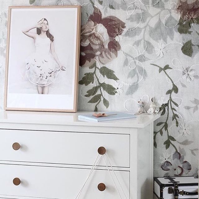 There is something special about #MrPerswallBlossom When we see it on a wall, we always want to go close and touch it! @houseofharvee just redecorated her girls room and we think it looks stunning! #MrPerswall #MrPerswallKidsroom #KidsRoom #KidsRoomDeco #barnrumsinspo #nurserydecor